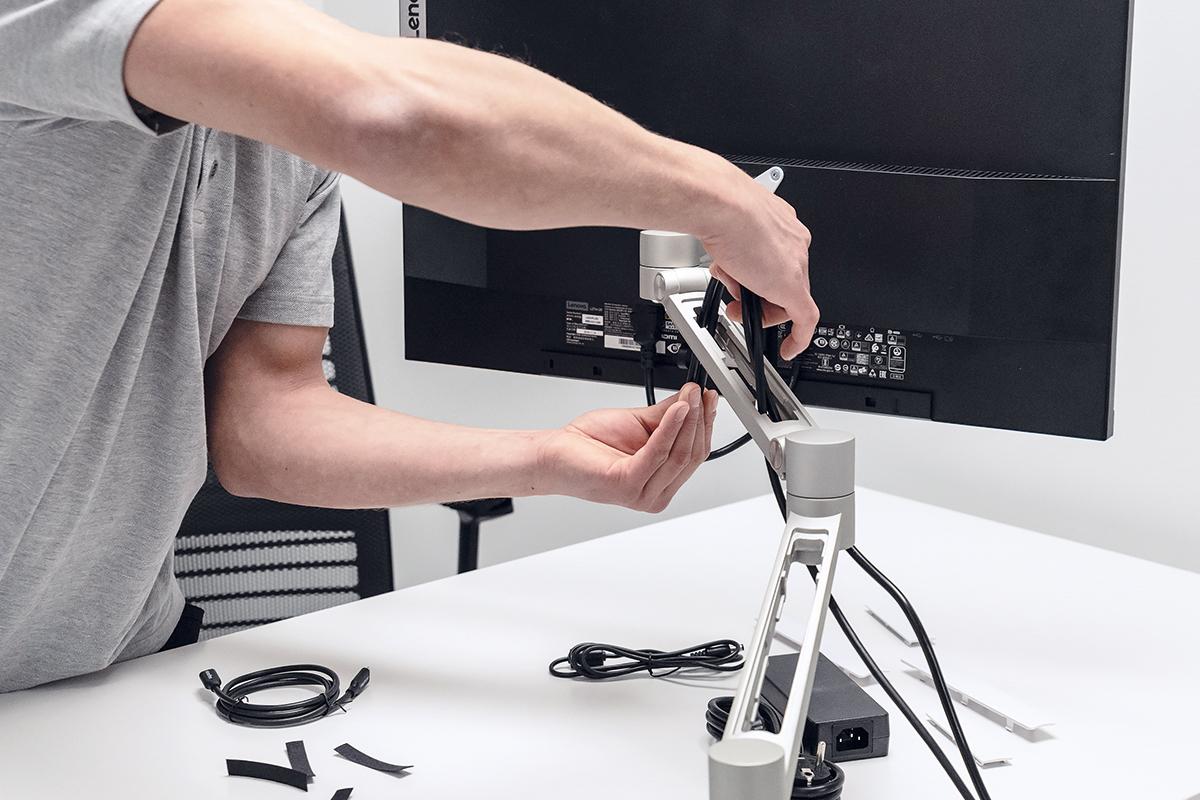 Montage van monitorarm en bekabeling - kabel wegwerken - monteur - kabelmanagement - bekabeling werkplek