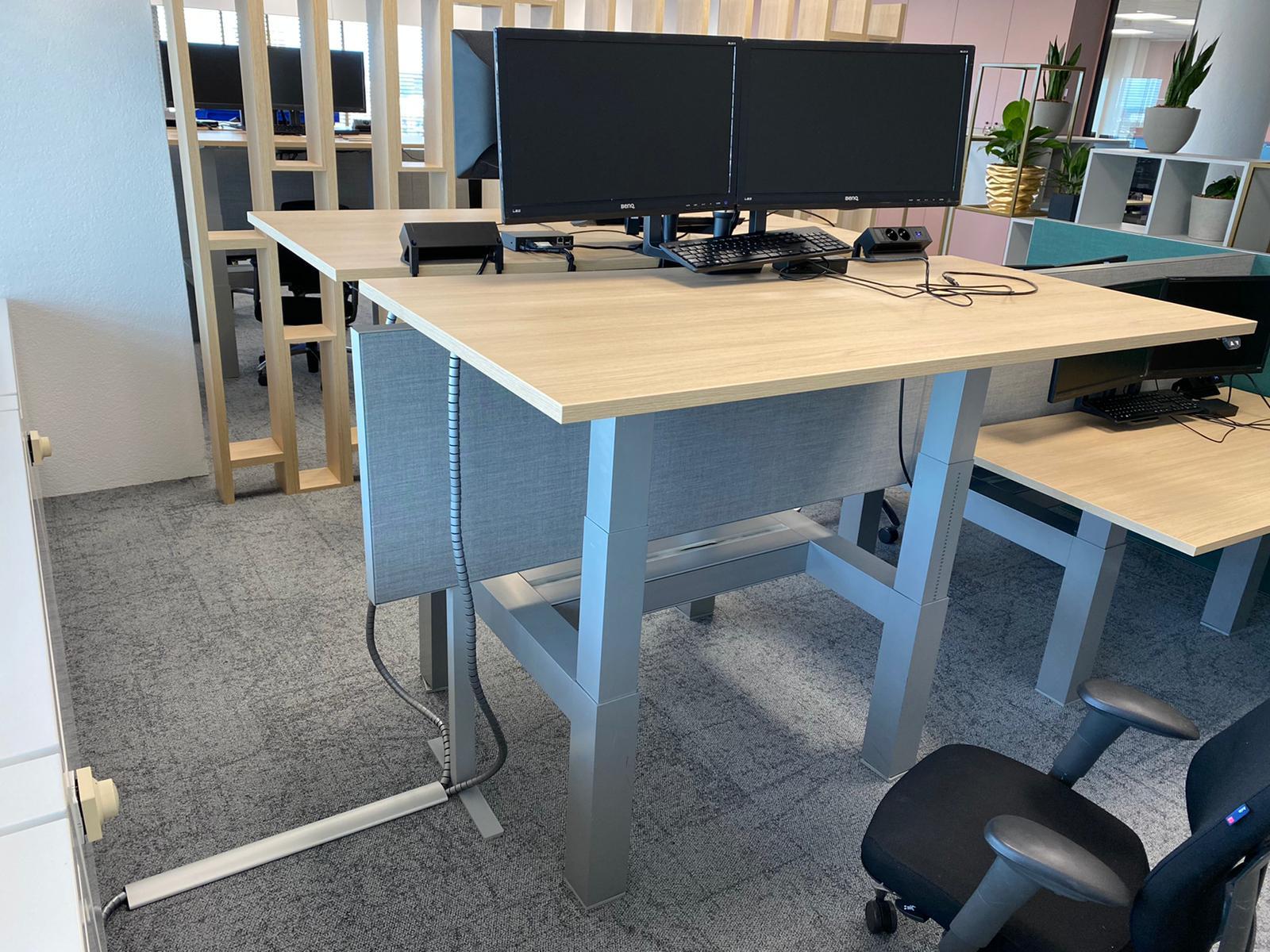 Sekondant - zit sta bureau - vloergoot - elektrificatie - kabelmanagement - cable eater - monitor arm - flexible werkplek