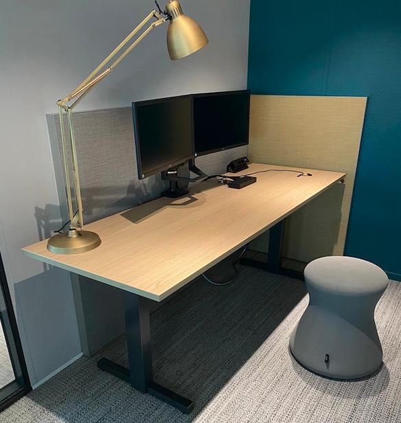 werkplek ergonomie - ergonomische bureau stoel - balans stoel voor kantoor - werkplek verbetering - werkplek bekabeling - dubbele monitor stand -elektrificatie