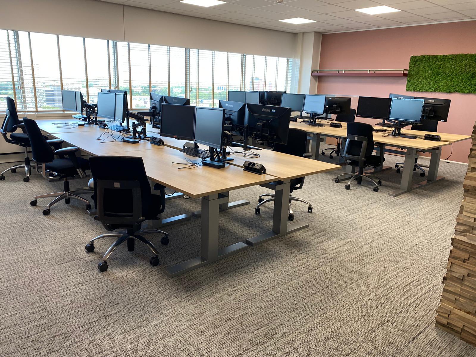 Werkplek bekabeling - kabelmanagement - ergonomisch - snoeren wegwerken - monitorarmen - kantoorinrichting