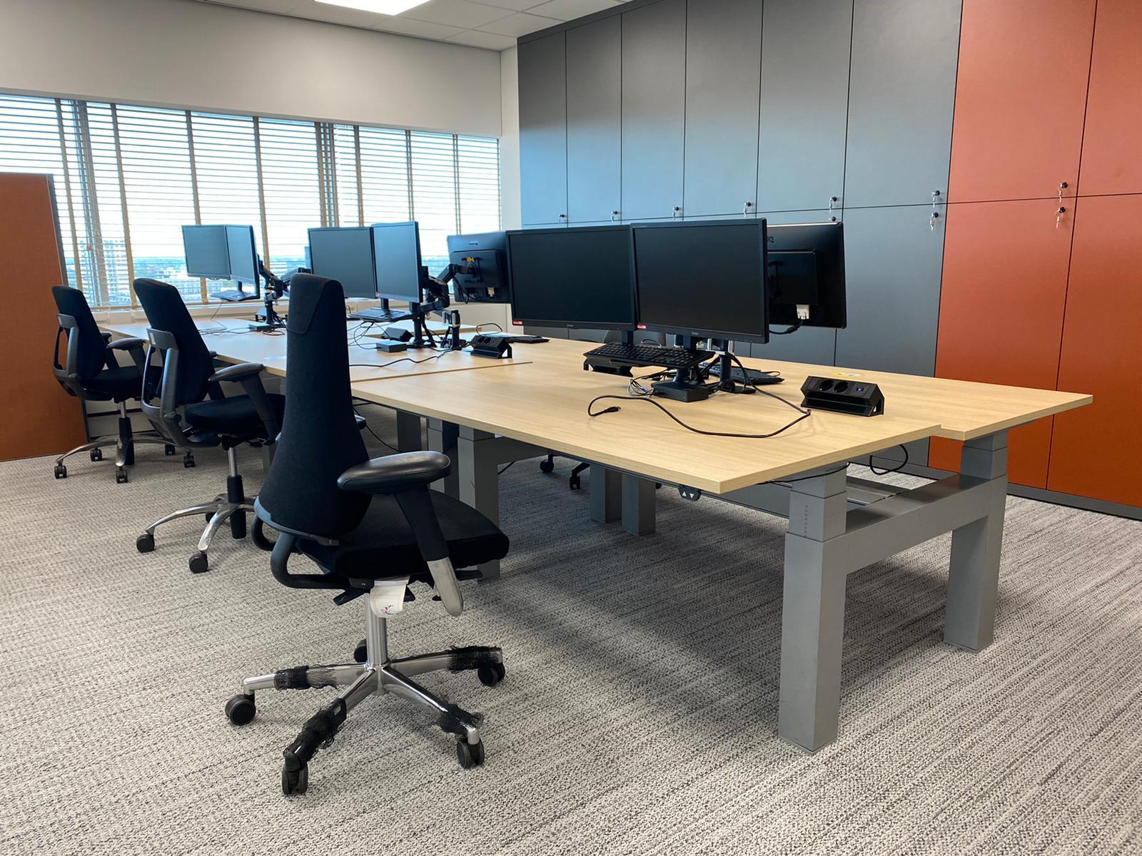Sekondant - zit sta bureau - monitor arm 2 schermen - ergonomische bureau stoel - werkplek inrichting - elektrificatie - stroom - oplaad punt