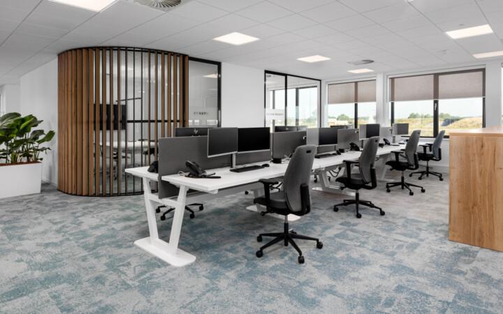 Roompot - akoestische panelen - monitor arm - ergonomische bureau stoel - 2 monitoren