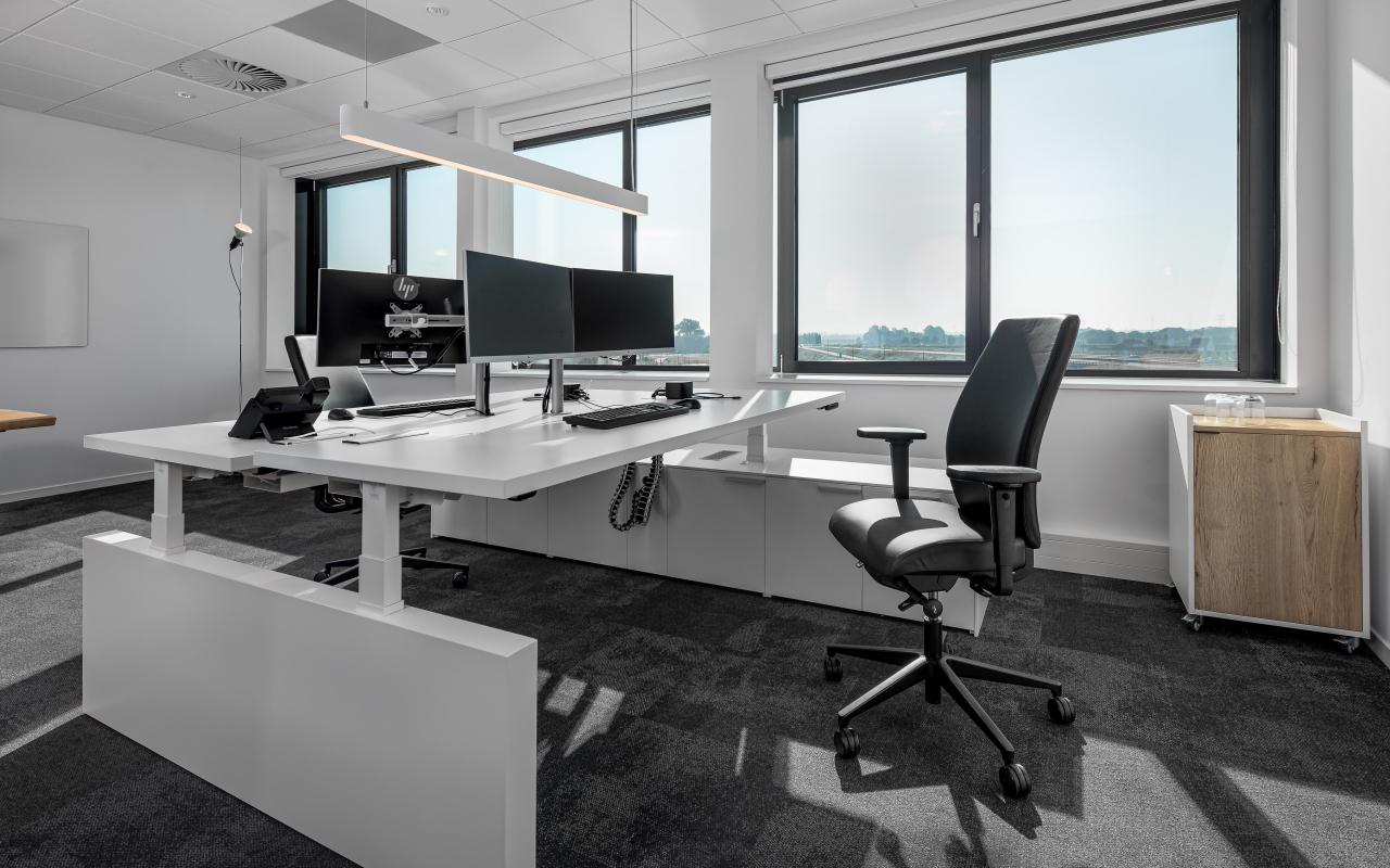 zit sta bureau - 2 monitoren - monitor stand -elektrificatie -bekabeling - cable eaters - kabelmanagement