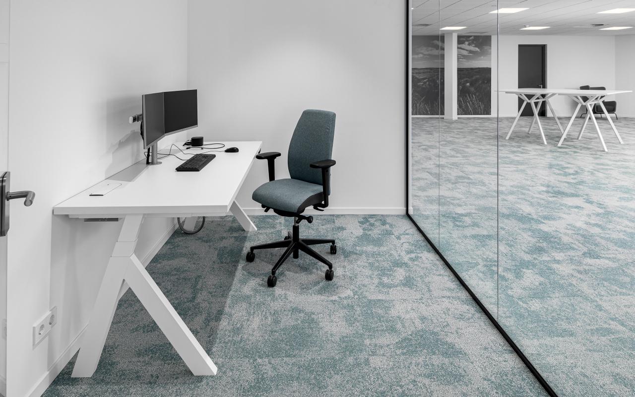 Mastershoot HQ interieur 1-70 - Werkplek bekabeling - wek plezier - kantoorinrichting - stand voor twee monitoren -elektrificatie