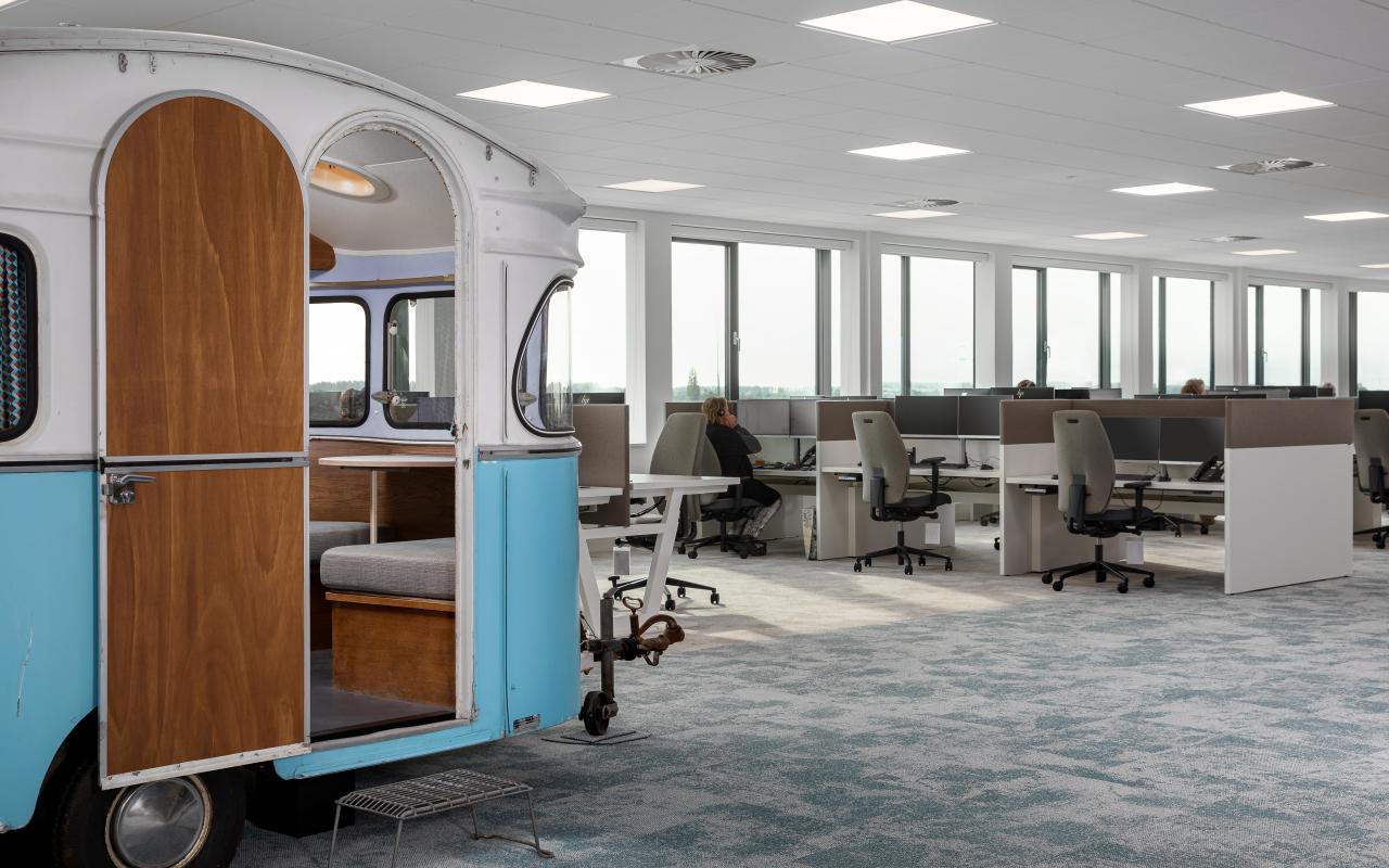 Roompot HQ - werkplek bekabeling - ergonomie -zit sta bureau - schone werkplek -design kabelgoot - akoestisch paneel