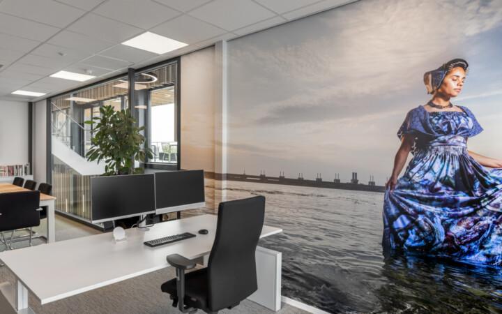 Weststrate - Beveland Wonen HQ web-14 - werkplek bekabeling - schone werkplek - werkplezier - dubbele monitor - elektrificatie