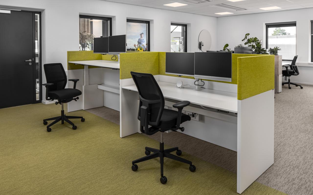 Weststrate - Beveland Wonen HQ web - akoestische materiaal - 2 monitoren - zit sta bureau - kabelgoot