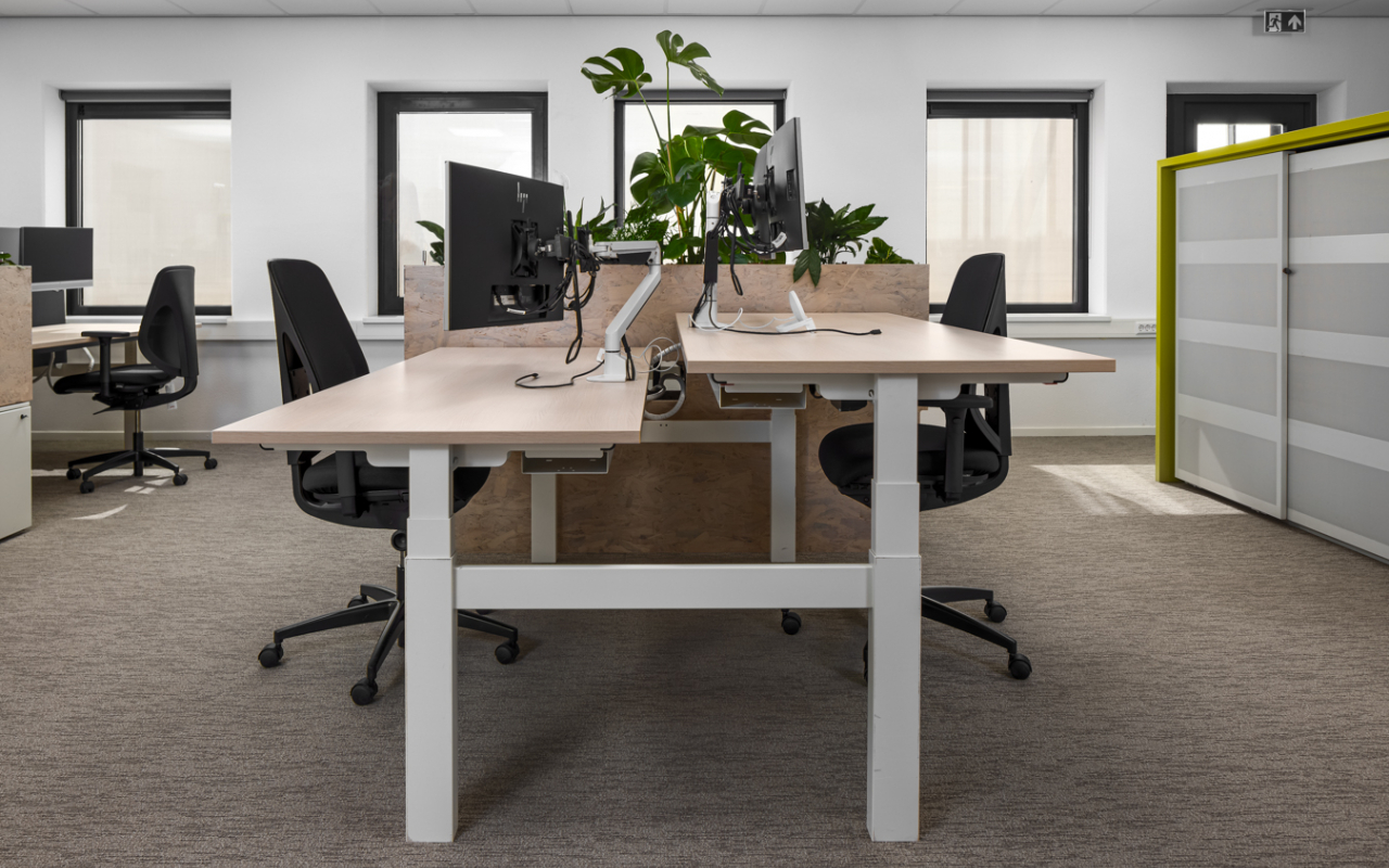 Weststrate - Beveland Wonen HQ web - zit sta bureau - monitorarm - dubbele monitor stand - werkplek ergonomie