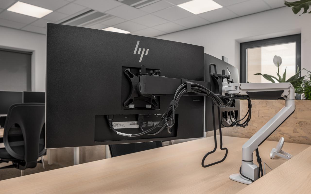 Weststrate - Beveland Wonen HQ - dubbele monitorarm - monitor stand - monitorarmen - werkplek ergonomie