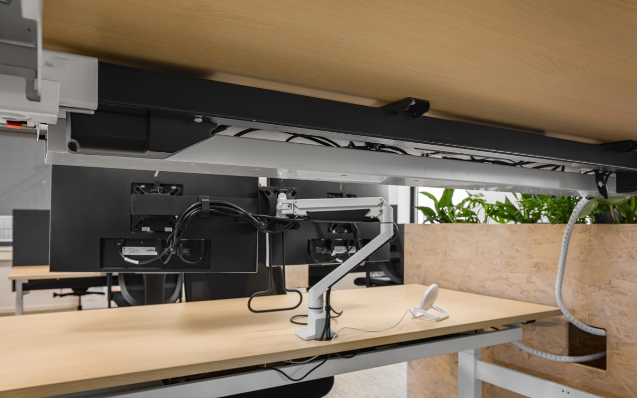 Weststrate - Beveland Wonen HQ web-21 - sta bureau - kabels onder het bureau - kabelgoot - flexible kabelgoot - cable eater
