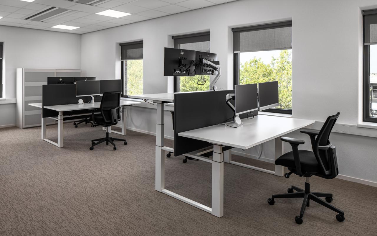 zit - sta bureau - kantoor inrichting - ergonomische werkplek - dubbele mornitor arm