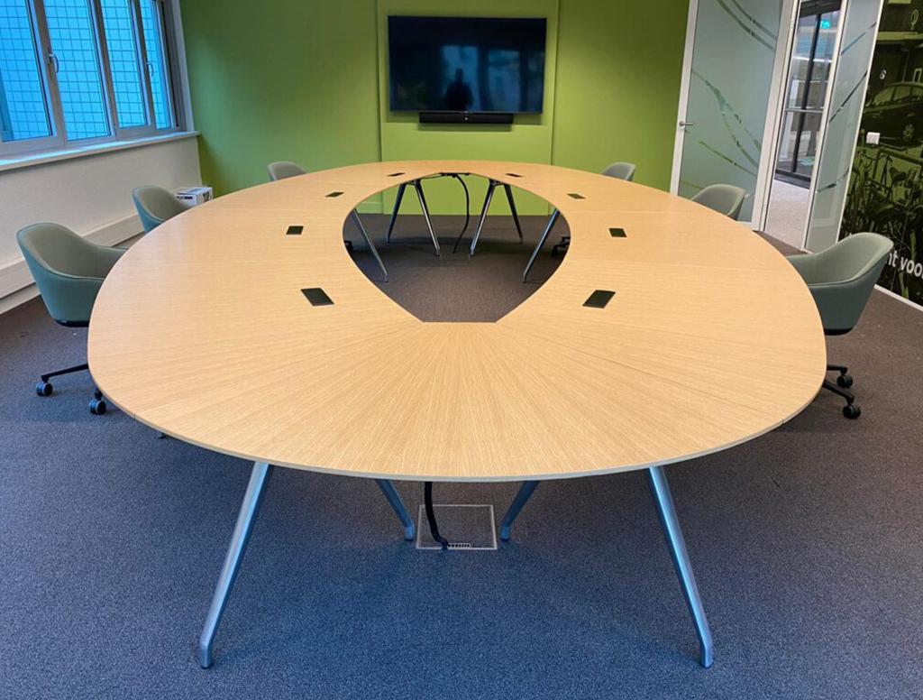 Vergader tafel met stroom en data punten - bachmann
